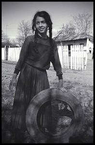 La jeune fille au pneu, Valea Plopilor, Jud. Guirgiu, Roumanie, 18 mars 2005